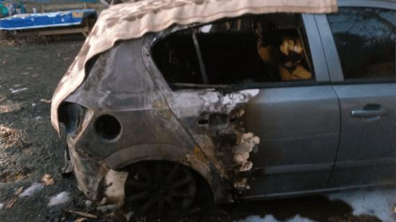 Genç kadının arabasını kundaklayan şahıs kamerada
