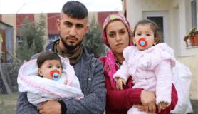 Hortumda evlerinin çatısı uçan aile bebekleriyle perişan oldu