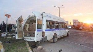İşçi servisiyle kamyonet çarpıştı, 1 ölü, 24 yaralı