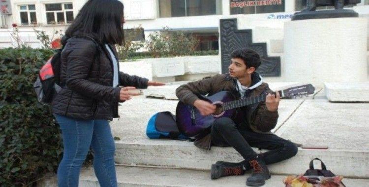 Keşanlı sokak müzisyenleri soğuk havayı şarkıları ile ısıtıyor