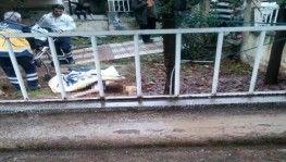Balkondan düşen genç kızı battaniye ve çarşaf gererek yakalamaya çalıştılar