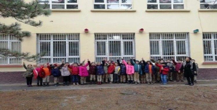 İlkokul öğrencileri kış günlerinde kuşlara sahip çıktı