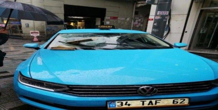 Taksim'de binadan düşen kartonpiyerler taksinin camına saplandı