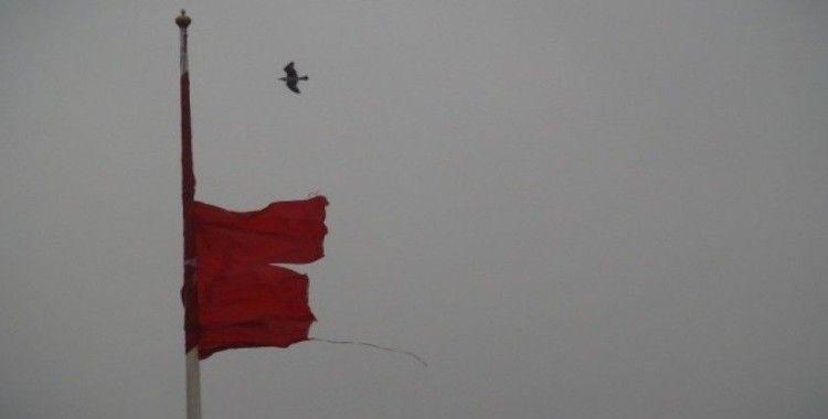 (Özel) Taksim'de yırtılan dev Türk bayrağı değiştirildi