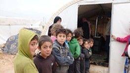 İdlib'den kaçarak kampa sığınan siviller çadır hastanesinde tedavi oluyor