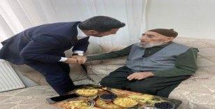 Başkan Arı, Cumhurbaşkanı Erdoğan'ı görmek isteyen 100 yaşındaki İbrahim dedeyi ziyaret etti