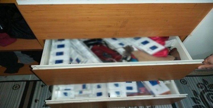 Evdeki çekmecelerden kaçak sigara fışkırdı