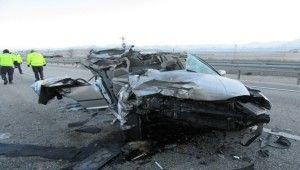 Afyonkarahisar'da otomobil tıra çarptı, 1 ölü, 2 yaralı