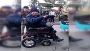 Tekerlekli sandalyesiyle alınmadığı halk otobüsünün önünü kesti