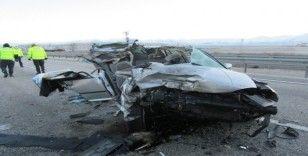 Afyonkarahisar'da otomobil tıra çarptı: 1 ölü, 2 yaralı