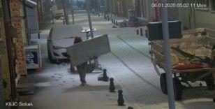 (özel) Sucuk çalan kadının rahatlığı güvenlik kamerasında