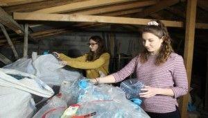 İki kardeş 1 yılda 15 çuval atık pet şişe topladı