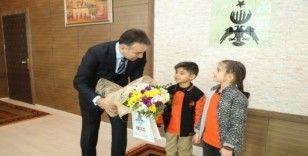 10 Ocak İdareciler Günü dolayısıyla Milli Eğitim Müdürü, Vali Oktay Çağatay'ı ziyaret etti