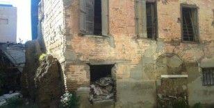 Tarihi ev göçüyor