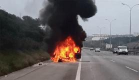 TEM'de seyir halindeki otomobil, alev alev yandı