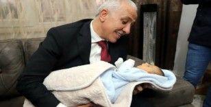 Başkan Gültak, 11 yıl sonra çocuk sahibi olan çiftin mutluluğunu paylaştı