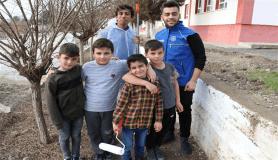 Köy okulu öğrencileri ilk defa boya yaptılar