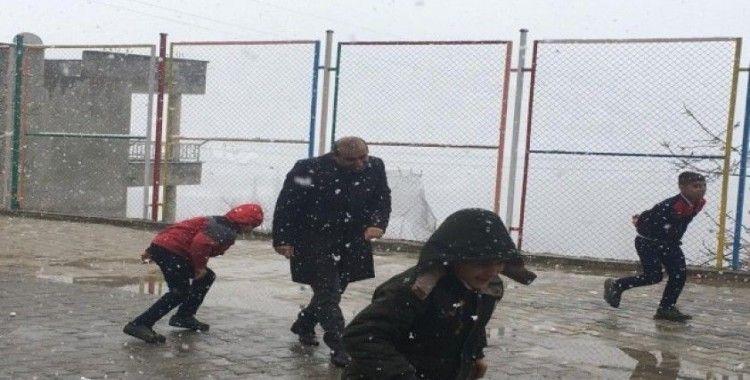 Uludere İlçe Milli Eğitim Müdürü Demirtaş öğrencilerle kartopu oynadı