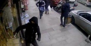 Çağlayan'da yüzleri maskeli ve silahlı iki kişi kabzayla vitrin camını kırmaya çalıştı
