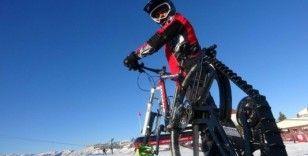 (Özel) Kayak yaparken bile bisikletinden vazgeçmedi