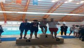Yüzme yarışmasında 2 öğrenci derece elde etti