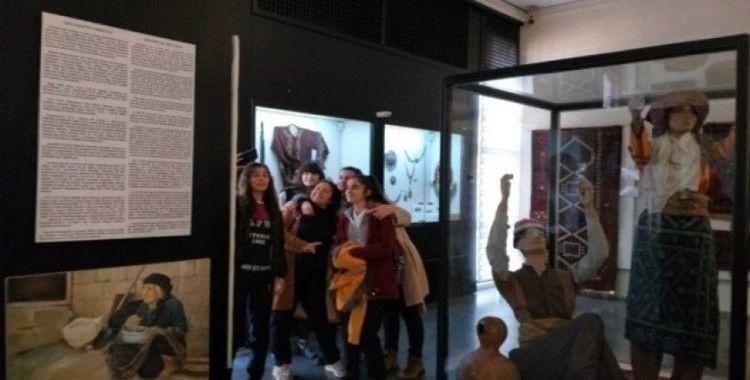 Bu kez müzeye selfie için geldiler
