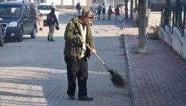 Mahallenin yardımsever Kazım amcası okul yolunun gönüllü temizlikçisi