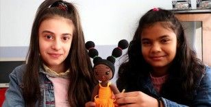 Roman kızlar okula oyuncak bebeklerle bağlandı