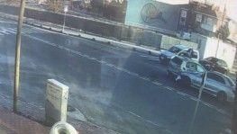 Seyir halindeki araca çarpıp devrilen otomobil kamerada