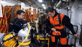 Kayıp balıkçıyı arayan TCG Alemdar gemisinin çalışmaları kameraya yansıdı