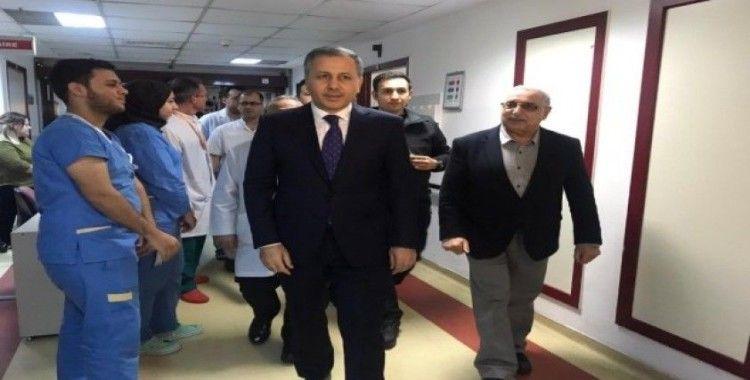 İstanbul Valisi Ali Yerlikaya, çekicinin kaldırdığı araçtan düşüp yaralanan kadını ziyaret etti