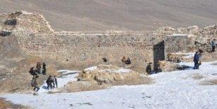 """Öğrenciler, """"Temiz kale güzel Pasinler"""" sloganıyla Pasinler Kalesindeki çöpleri topladılar"""