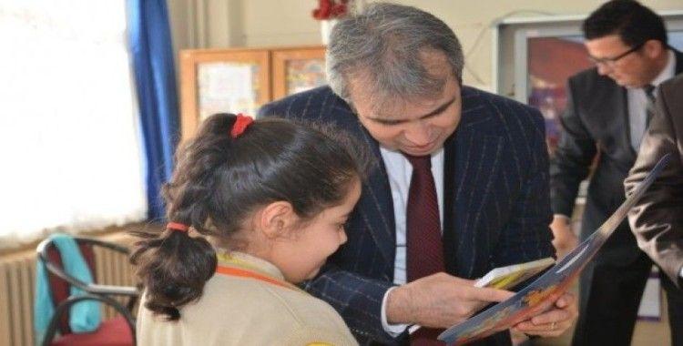 Kırıkkale'de öğrencilere karne ile birlikte kitap dağıtıldı