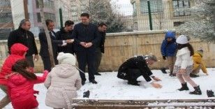 Vali, karne alan öğrencilerle kartopu oynadı