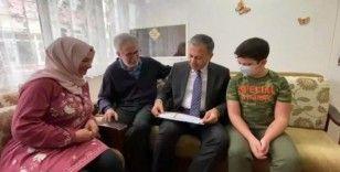 İstanbul Valisi Yerlikaya, lösemi hastası Kerem'in karnesini evinde verdi