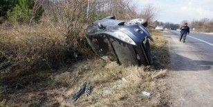 Lastiği patlayan otomobil şarampole yuvarlandı: 2 yaralı