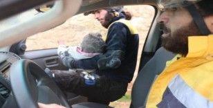 Halep'te sivil savunma ekipleri moloz yığını altında kalan çocuğu böyle kurtardı