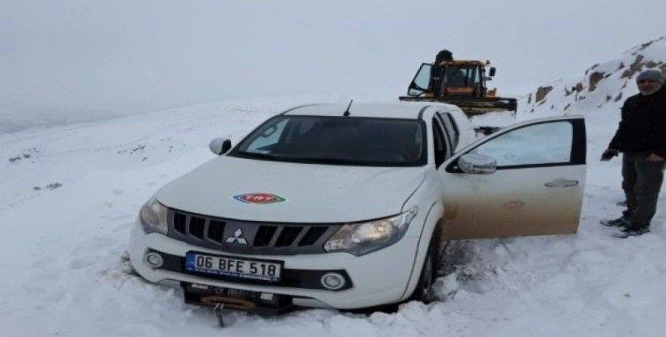 Sivas'ta yolda mahsur kalan teknik ekip, 3 saatlik çalışmayla kurtarıldı