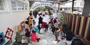 Tatile Adana'nın göbeğinde karla oynayarak girdiler