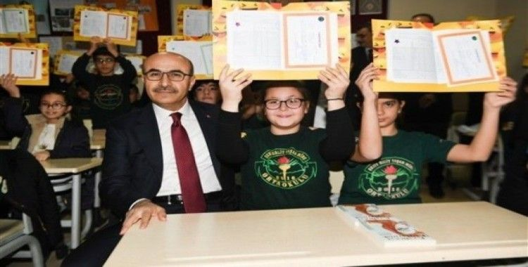 Adana'da 489 bin 735 öğrenci karne heyecanı yaşadı