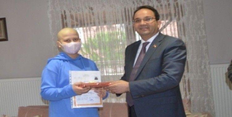 Kaymakam Ertürkmen, kanser hastası öğrenciye karnesini evde verdi