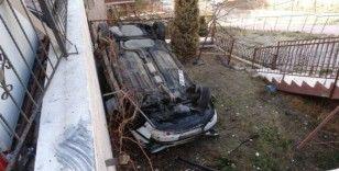 Başkent'te otomobil apartmanın bahçesine uçtu: 2 yaralı