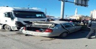 Kamyon ve otomobil çarpıştı:1 ölü, 1 yaralı