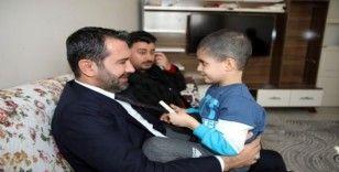 Tedavisine başlanılan Taha'yı, Başkan Şerifoğulları ziyaret etti