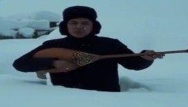 Kazakistan'da karda mahsur kalan ozandan dombıralı yardım çağrısı