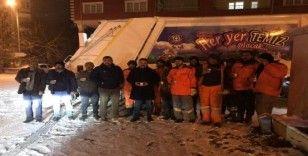 Soğuk havaya aldırmadan sokakları temizlerken türkü söyledi