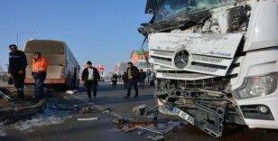 Tanker ile yolcu otobüsü çarpıştı, şans eseri yaralanan olmadı