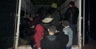 Çanakkale'de durdurulan kamyonetten 65 mülteci çıktı