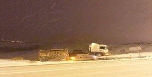 Sorgun'da karla kaplı yolda savrulan tır kameralara yansıdı