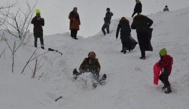 Kar üzerinde kayarak stres attılar